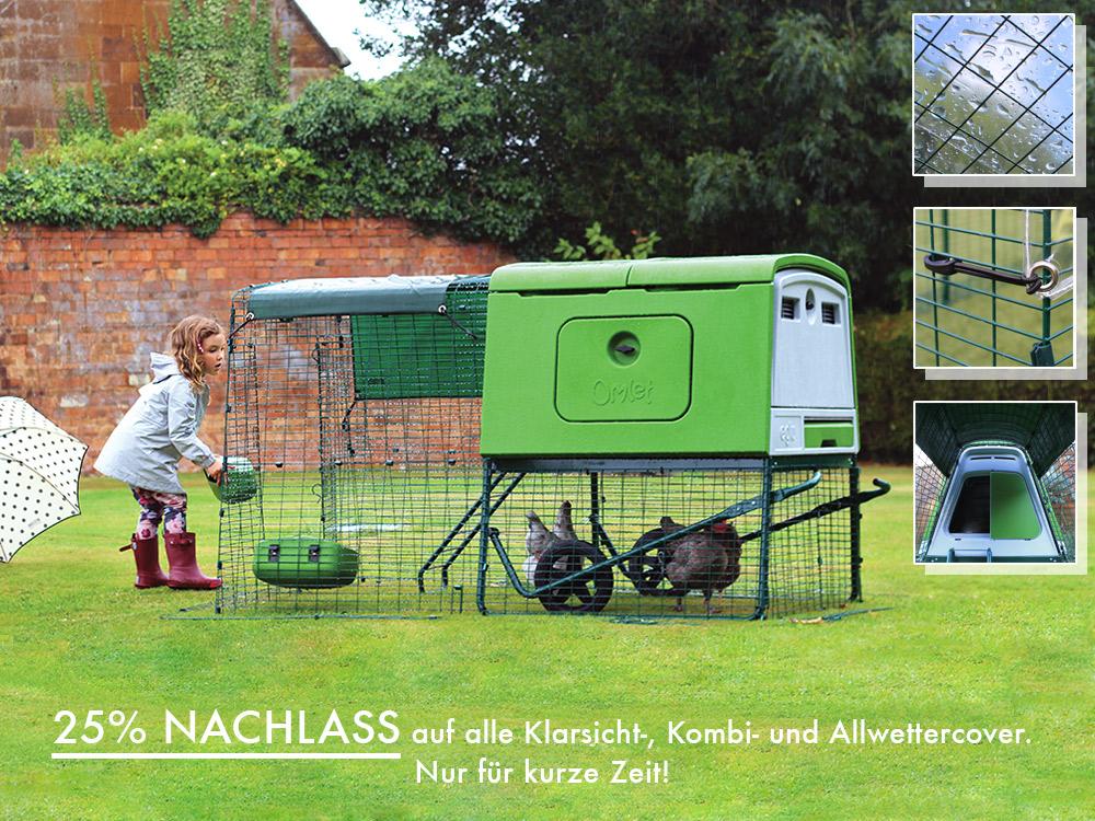 mädchen vor Cube Hühnerstall mit Regenschutz